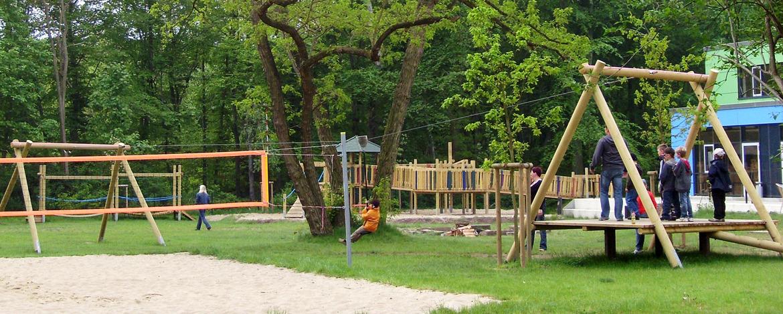 Spielplatz und Beachvolleyballfeld