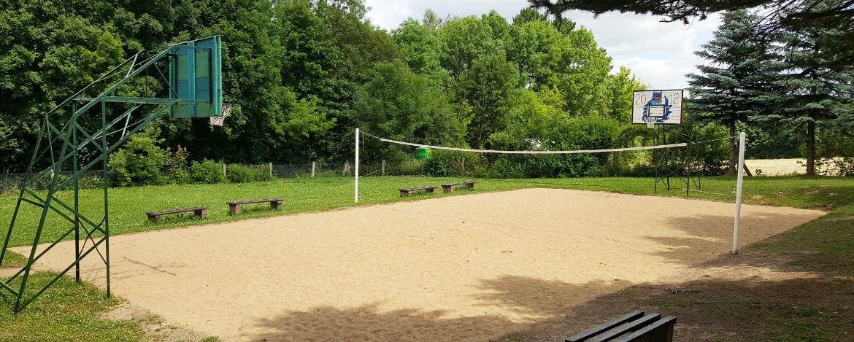 Volleyballfeld und Basketballplatz