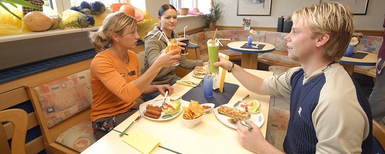 Schüler im Außenbereich der Jugendherberge Idar-Oberstein