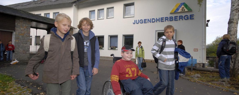Schüler vor der Jugendherberge Idar-Oberstein