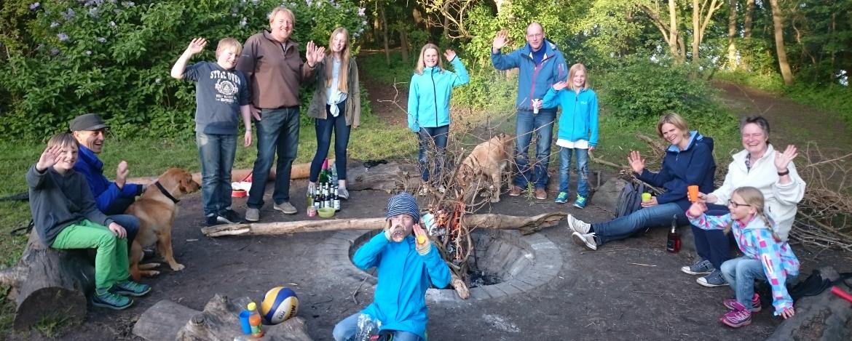 Familie an der Lagerfeuerstelle der Jugendherberge Bad Malente