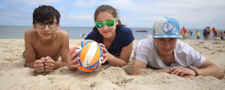 Kinder am Sandstrand der Ostsee