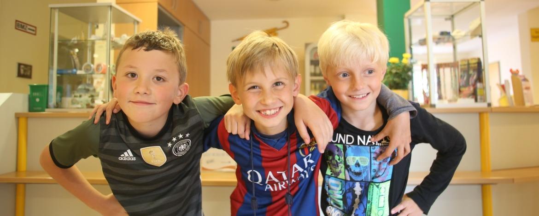 Kids vor der Rezeption in Friedrichstadt