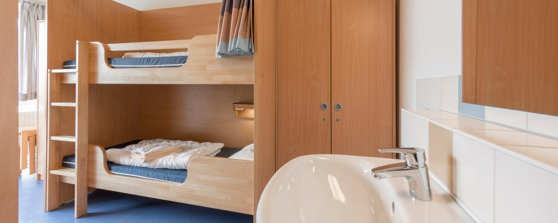 Zimmer mit Waschbecken