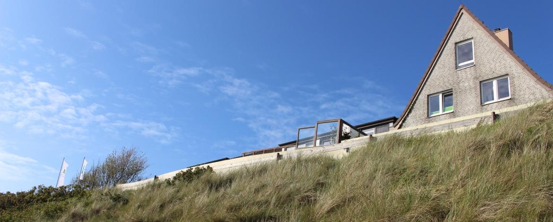 Blick vom Strand zur Jugendherberge Wittdün auf Amrum
