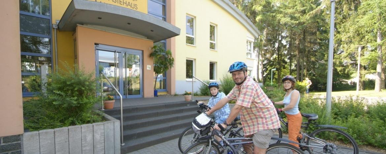 Radfahrer vor der Jugendherberge Bad Marienberg