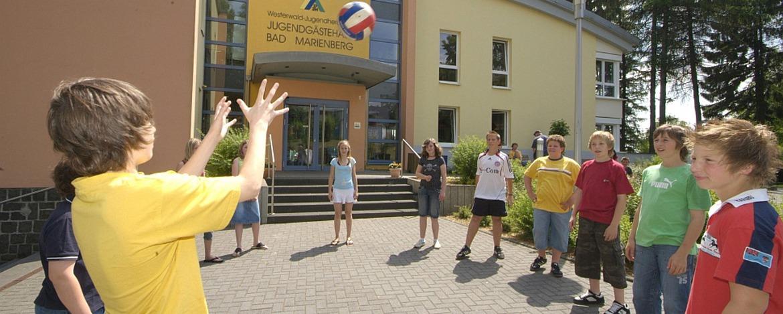 Ballspiele vor der Jugendherberge Bad Marienberg