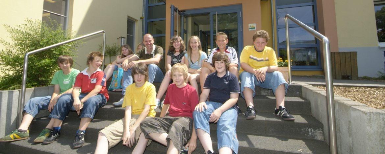 Schüler vor der Jugendherberge Bad Marienberg