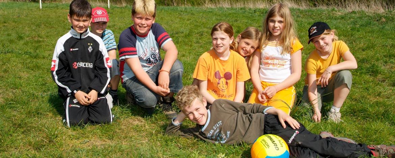 Kinder auf der Spielwiese