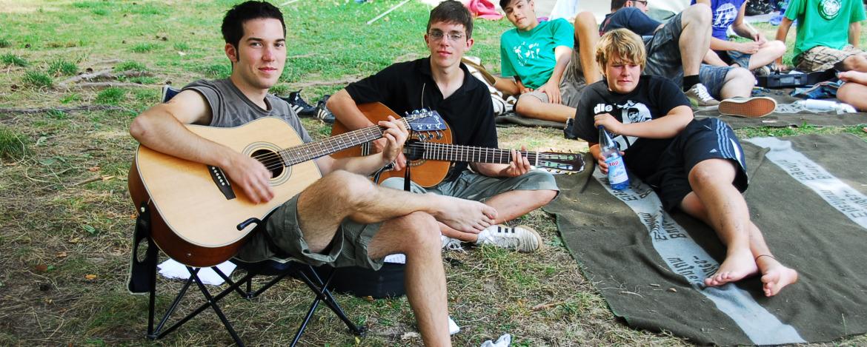 Gemütlich beisammen sitzen am Zeltplatz der Jugendherberge Bad Kissingen