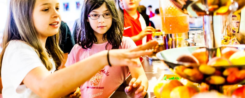 Kinder stellen sich ihr Essen in der Jugendherberge Bayerisch Eisenstein zusammen.