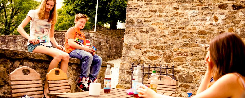 Schüler entspannen auf der Sonnenterasse der Jugendherberge Passau