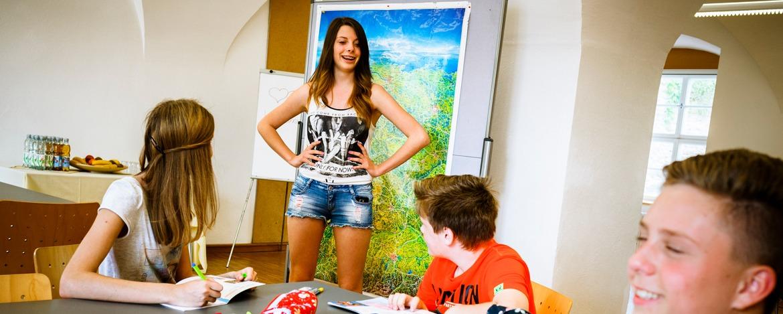 Schülergruppe arbeitet im Seminarraum der Jugendherberge Passau an einem Projekt