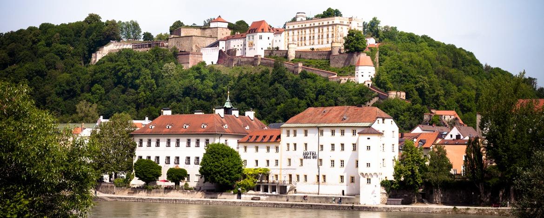 Blick von der Passauer Ortsspitze auf die Jugendherberge Veste Oberhaus in Passau