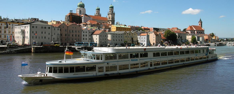 Schiff verlässt die Stadt Passau in Richtung Österreich - Linz