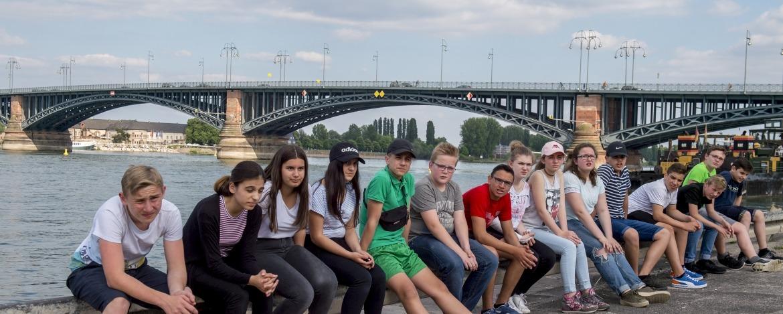 Schulklasse am Rheinufer