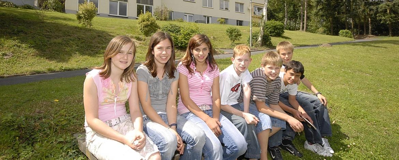 Schülerinnen vor der Jugendherberge Mayen