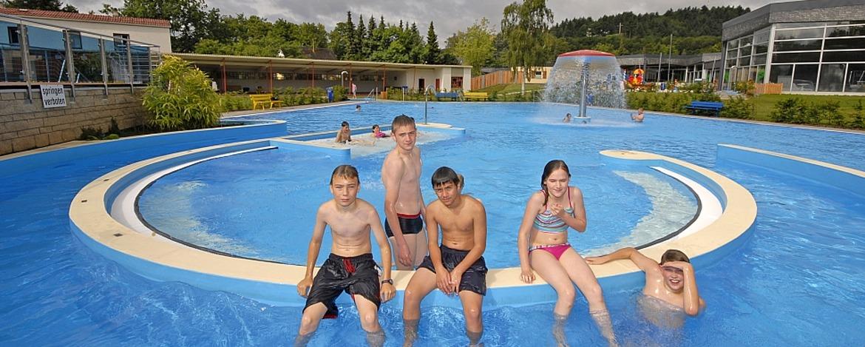 Schüler im Schwimmbad Mayen