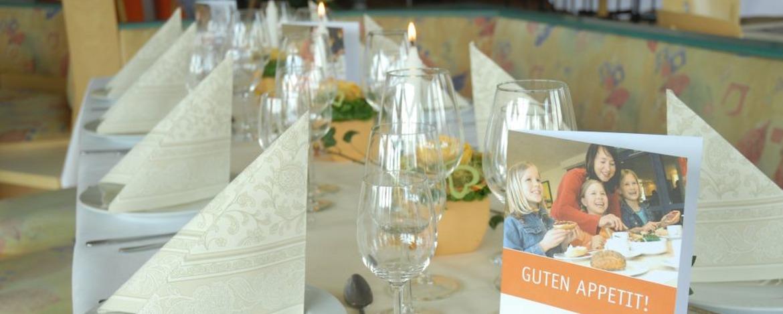Festlich gedeckter Tisch in der Jugendherberge Neustadt