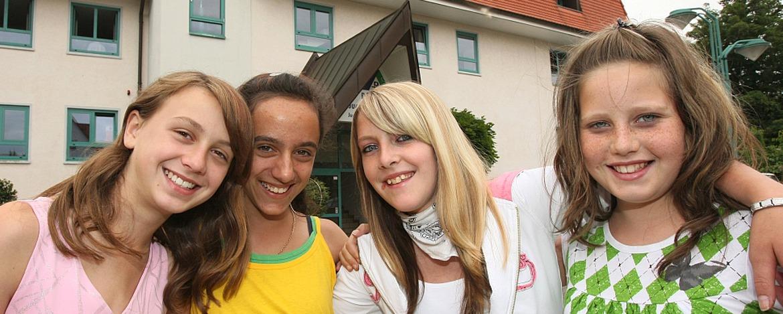 Schülerinnen vor der Jugendherberge Neustadt