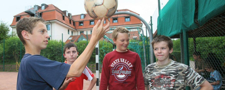 Schüler auf dem Spielfeld der Jugendherberge Neustadt