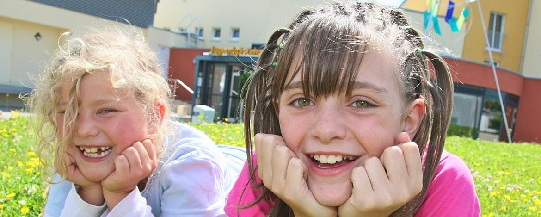 Mädchen vor der Jugendherberge Prüm