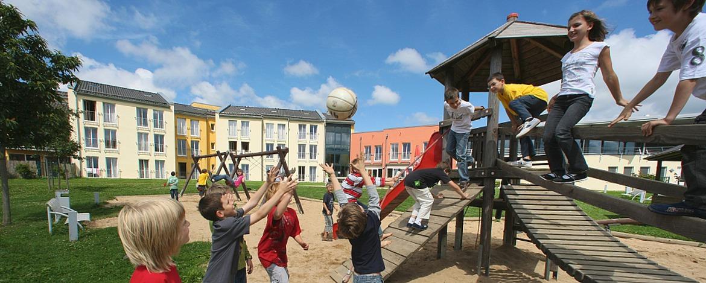 Schulklasse auf dem Spielplatz der Jugendherberge Prüm