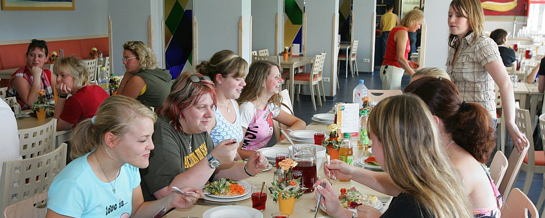 Schülerinnen im Speiseraum der Jugendherberge Prüm