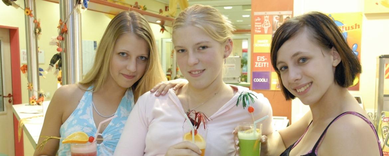 Schülerinnen im Bistro der Jugendherberge Saarbrücken