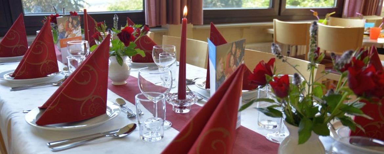 Festlich gedeckter Tisch in der Jugendherberge Sargenroth