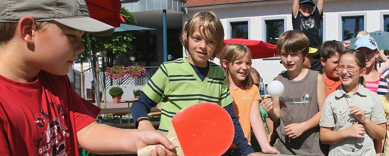 Schüler beim Tischtennis vor der Jugendherberge Speyer