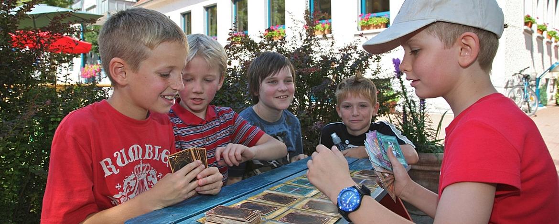 Schüler beim Spielen vor der Jugendherberge Speyer