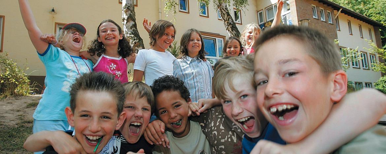 Schulklasse vor der Jugendherberge Steinbach