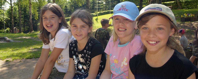 Schülerinnen vor der Jugendherberge Steinbach