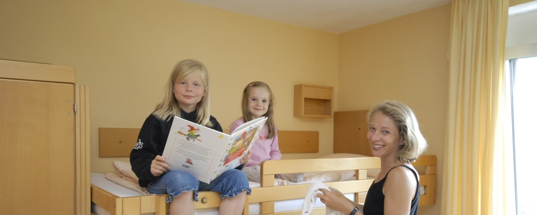 Familie im Zimmer der Jugendherberge Burg Lichtenberg