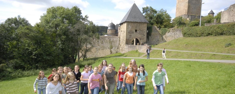 Schüler vor der Burg Lichtenberg