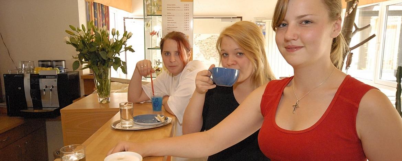 Jugendliche an der Café-Bar der Jugendherberge Tholey
