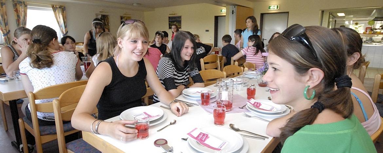 Schüler im Speiseraum der Jugendherberge Tholey