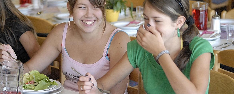 Schülerinnen im Speiseraum der Jugendherberge Tholey