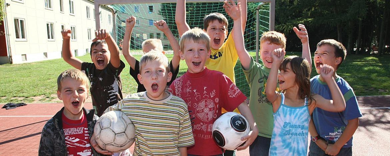 Kinder auf dem Spielgelände der Jugendherberge Trier