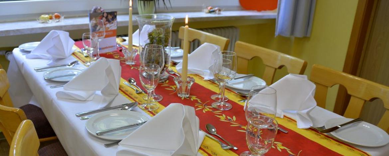 Festlich gedeckter Tisch in der Jugendherberge Weiskirchen
