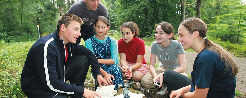 Schüler bei einer Schatzsuche