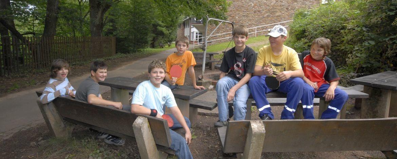 Schüler auf dem Außengelände der Jugendherberge Weiskirchen
