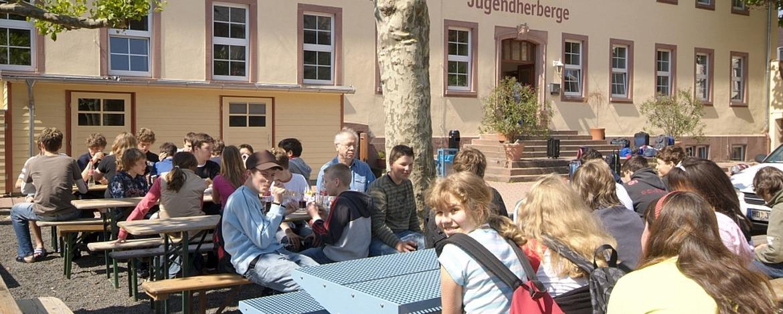 Schüler vor der Jugendherberge Worms