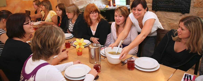 Mahlzeit im Rittersaal der Jugendherberge Altleiningen