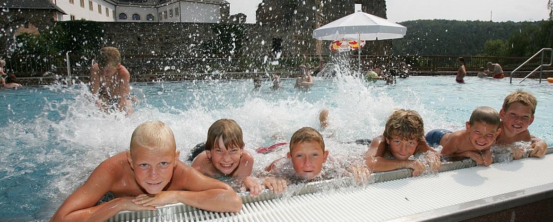Schwimmbad im Burggraben der Jugendherberge Altleiningen