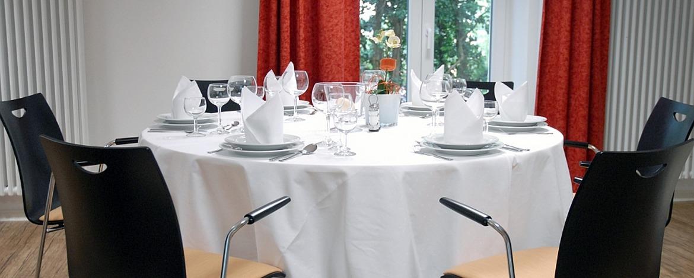 Festlich gedeckter Tisch in der Jugendherberge Bad Bergzabern