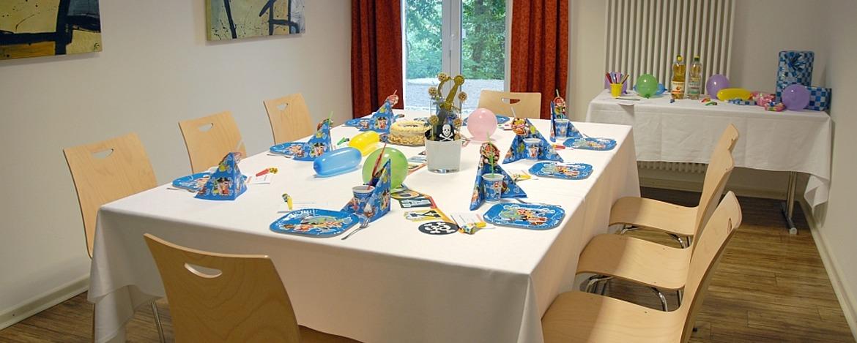 Für Kindergeburtstag gedeckter Tisch in der Jugendherberge Bad Bergzabern