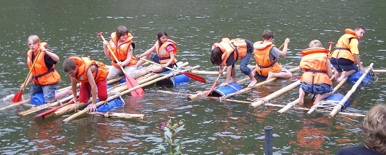 Schüler auf selbst gebautem Floß auf der Lahn