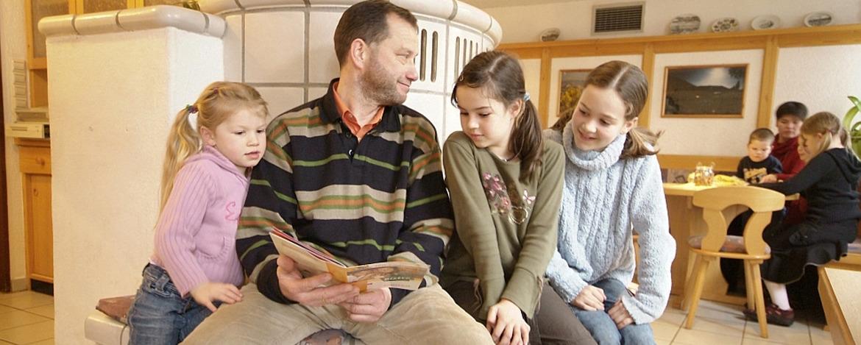 Familie im Bistro der Jugendherberge Bad Kreuznach